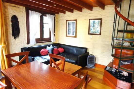 3008 terraza con mesa y sillas de madera y dos for Sillas para habitaciones